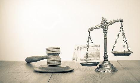 rechtershamer, weegschaal en geld als symbool voor letselschade